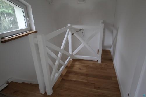 Balustrada-drewniana-malowana-na-biao