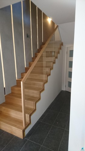 Schody-dywanowe-na-betonie-zbalustrad-szklan-wychodzc-ze-stopni