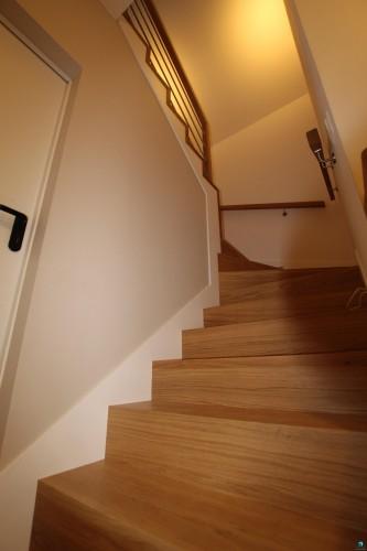 schodek-schody-nowe-z-drewna