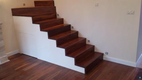 schody-dywanowe-psowka-do-ciany