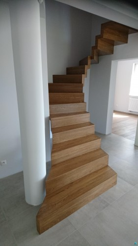Realizacja - schody samonośne dywanowe